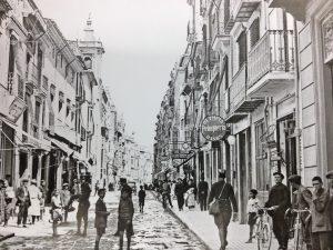 A la derecha de la imagen  con rotulo redondo en la entrada desde la Puerta del Sol